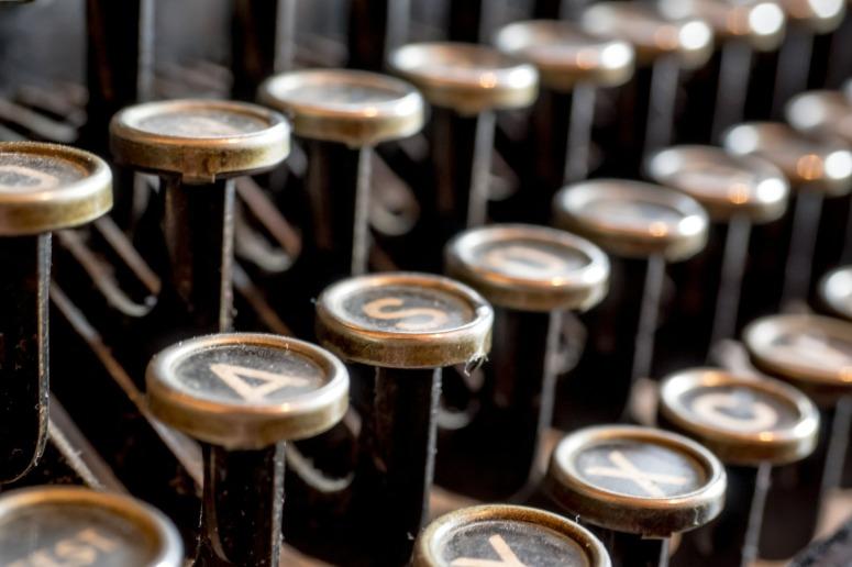 typewriter-585000_1920